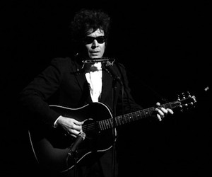 "Jimmy Fallon Sings ""Hotline Bling"" as Bob Dylan"