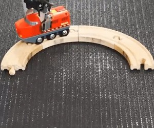 A robot arm builds continuously on a rail circle