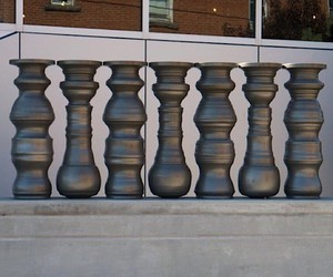 Free space between sculptures for optical illusion