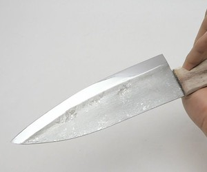 The knife made of aluminum foil